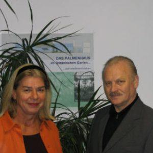 Ratsfrau Anne Kerber und Ratsherr Kurt Schrader vor dem Entwurfsplakat des Palmenhauses