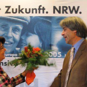 Maria Unger gratuliert Hans Feuß zur Nominierung.