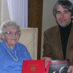 Frieda Tütermann wird für ihre 75jährige Mitgliedschaft geehrt.